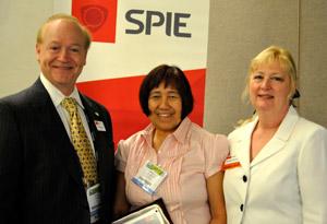Dr. Minella Alarcon receives the SPIE Educator Award