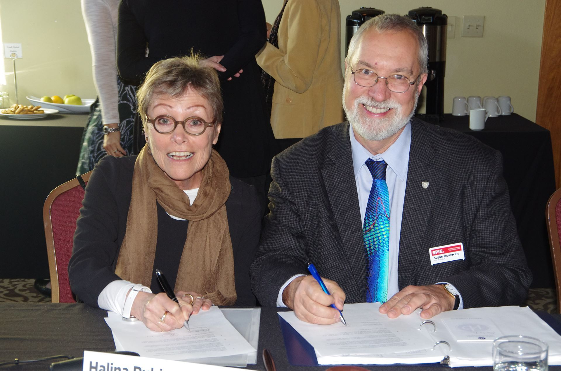 Halina Rubinsztein-Dunlop and Glenn Boreman sign AOS-SPIE MOU.