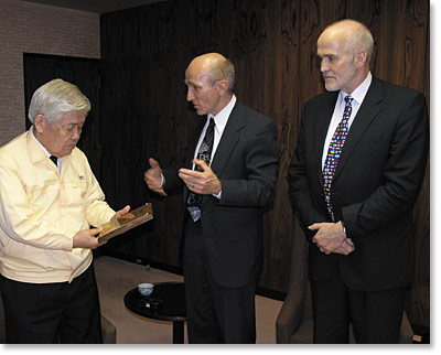 Teruo Hiruma (left) receives the 2006 SPIE Visionary Award