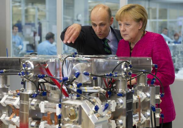 Peter Leibinger (TRUMPF) and Chancellor Angela Merkel with a CO2 laser
